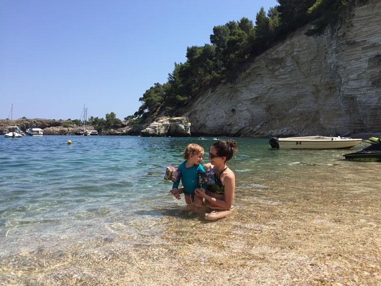 Vieste e as praias ao norte de Puglia na Itália