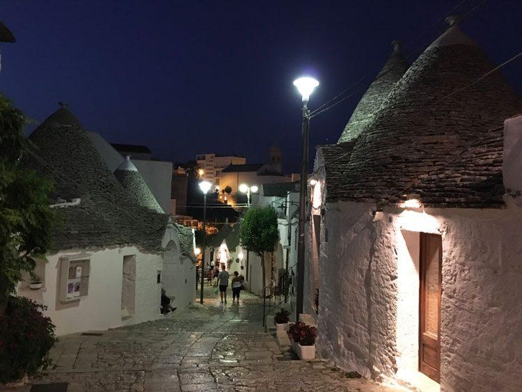 trulli-noite-alberobello-italia