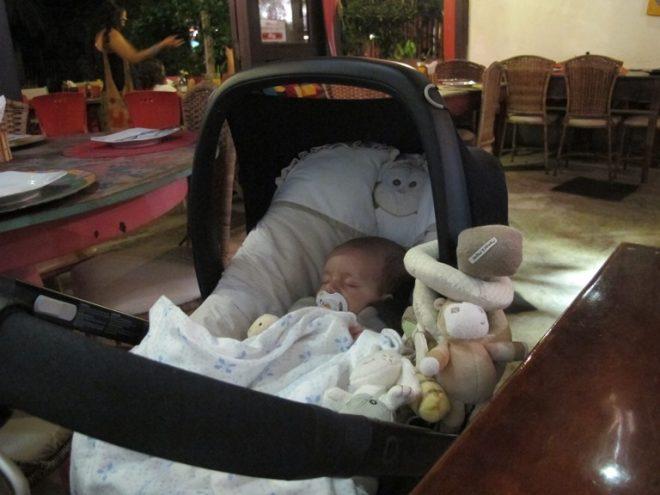 gui-dormindo-no-restaurante-praia-do-forte