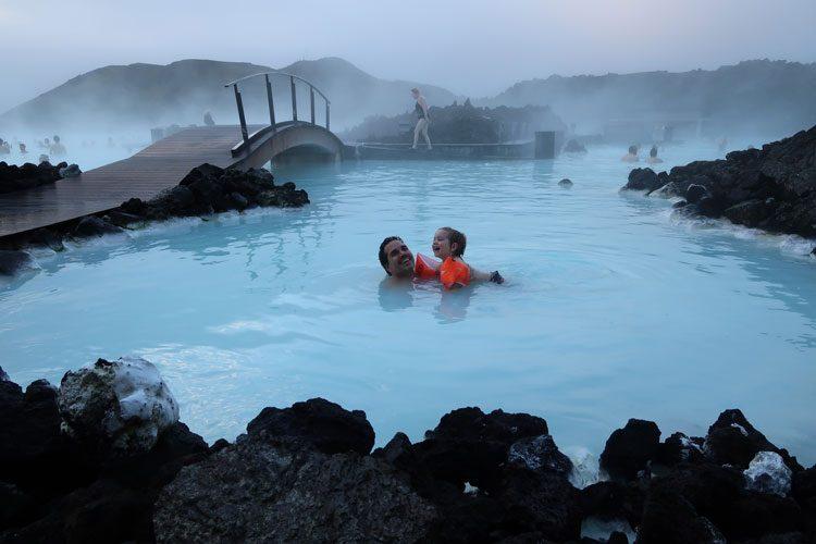 gui-flavio-nadando-lagoaazul-islandia